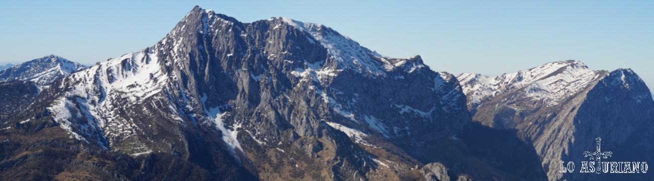 Panorámica del Tiatordos, cumbre emblemática de Asturias, desde la cima del Recuencu.