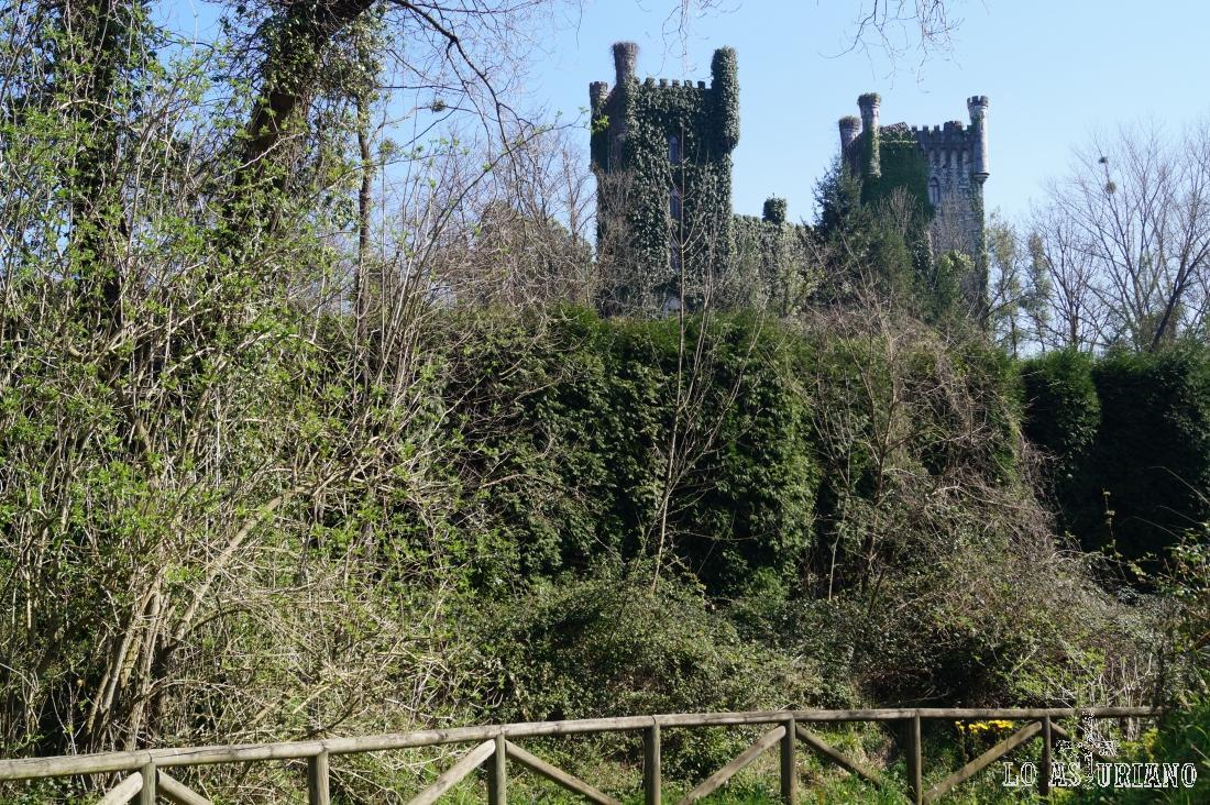 Magnífica estampa del peculiar Castillo de Las Caldas, en Priorio, a pocos km de Oviedo.