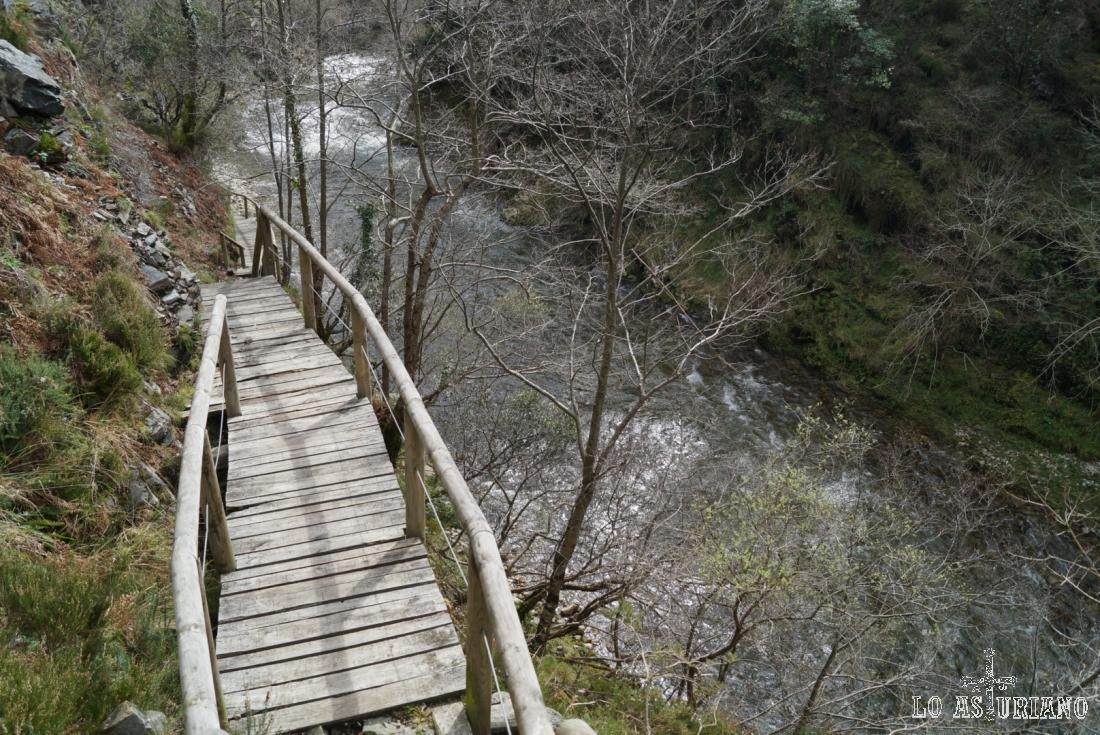 Pasarelas en la maravillosa foz del río Esva, entre Valdés y Tineo.
