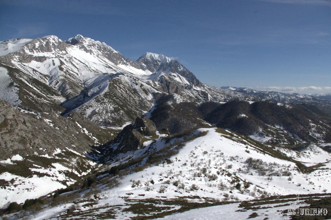 El macizo de las Ubiñas nevado desde el puerto de la Ventana.