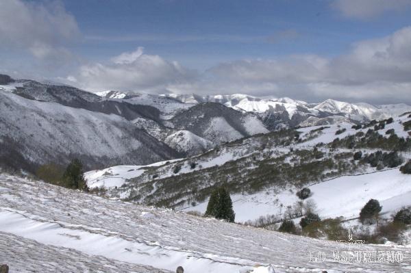 Las cumbres nevadas de Somiedo desde San Lorenzo.