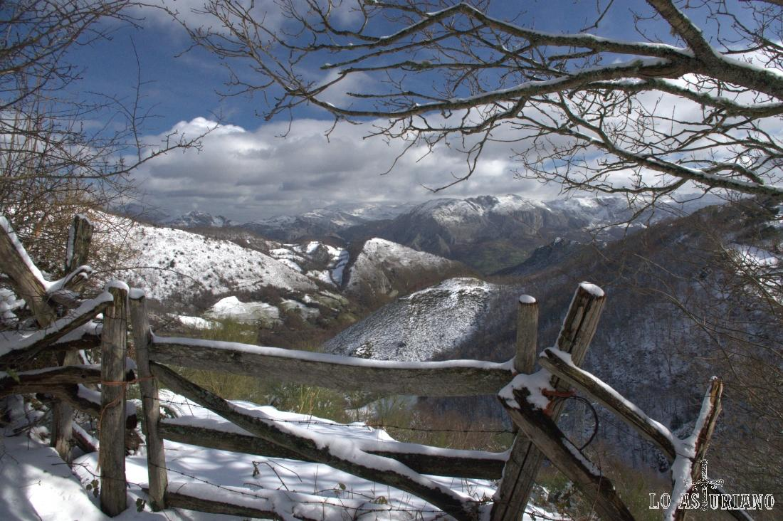 Al fondo, con menos nieve, la peña de Sobia.