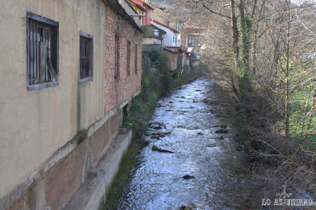 Río Val de Carzana, pasando por San Martín, que baja desde el pico del Cuervo, en San Lorenzo.