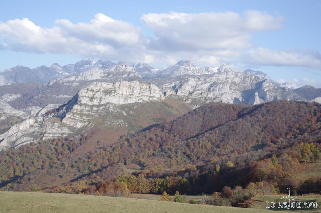 El macizo occidental de los Picos de Europa desde Les Bedules.