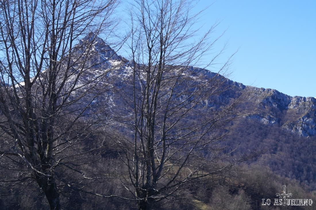 El pico Recuencu desde Les Bedules