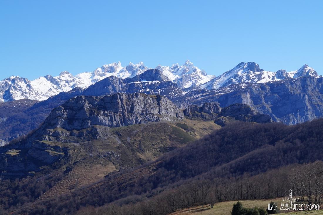 Los Picos de Europa, el macizo occidental, desde el mirados de Les Bedules, en el concejo de Ponga.