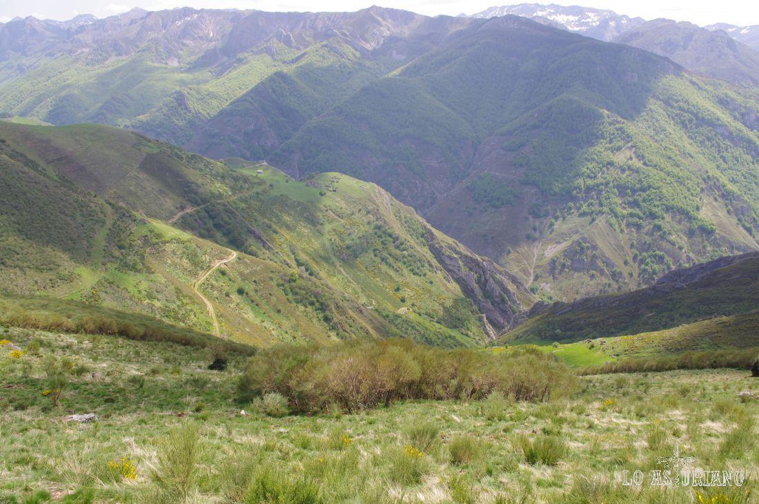 El Valle de Saliencia es uno de los valles más hermosos de la Cornisa Cantábrica. Es el que presenta un mayor número de teitos, cabañas empleadas por los Vaqueiros de Alzada, con su característico techo de ramas de escoba.
