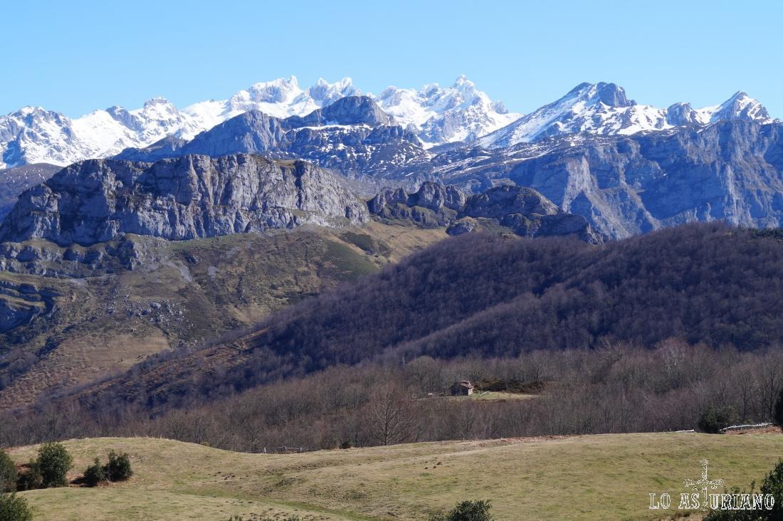 Torre de Enol, torre de Enmedio y Peña Santa de Castilla, entre otras cimas.