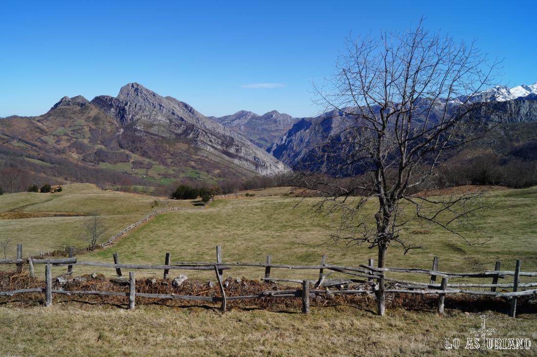 El pico Carriá y la sierra de los Carbayales. Al fondo, la sierra de Amieva.