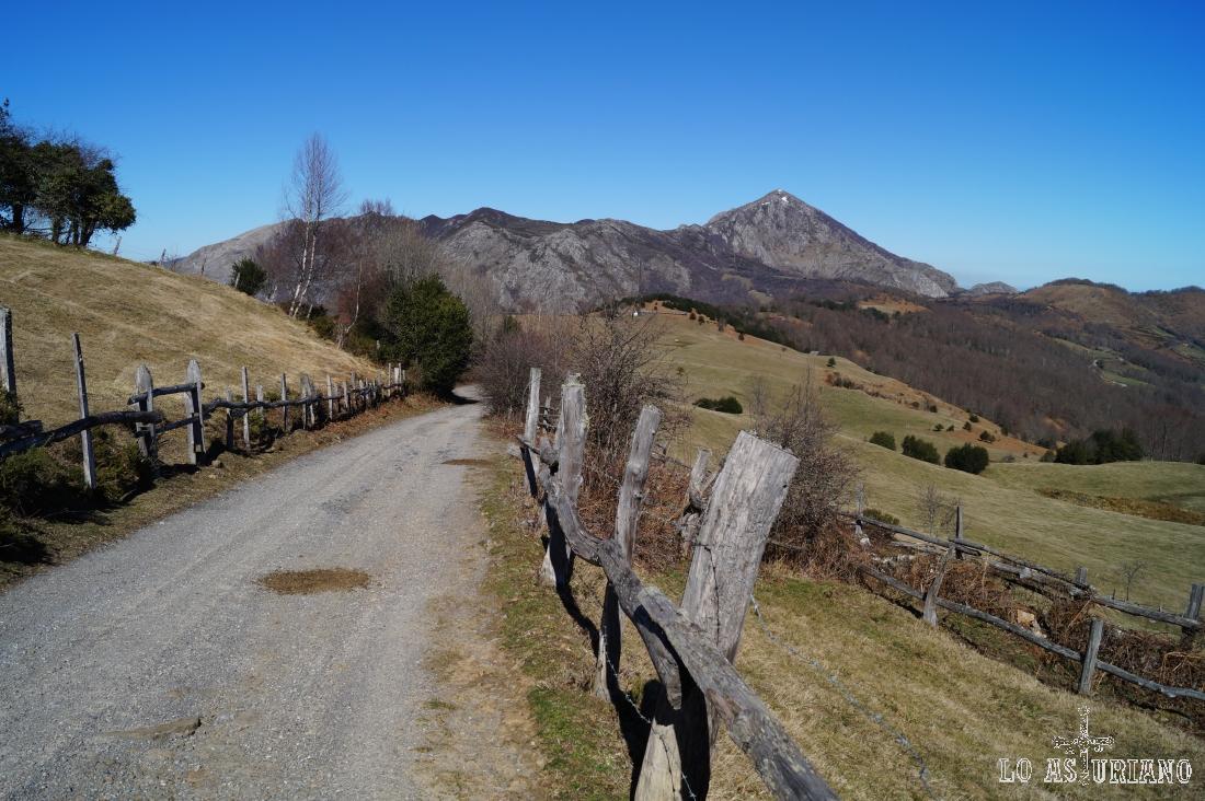 La sierra de Aranga; a la derecha el Pierzu, con 1552 msnm.