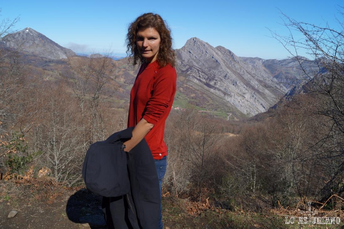 La subida tiene todavía amplias vistas hacia los valles ponguetos.