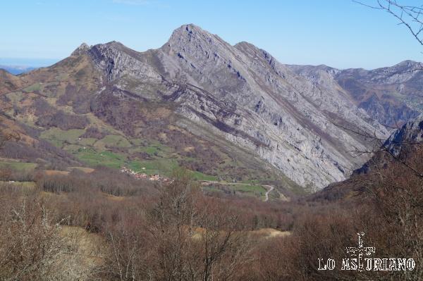 El pico Carriá y Viegu, pueblo pongueto, desde el que hay muy buenas vistas del desfiladero de los Beyos.
