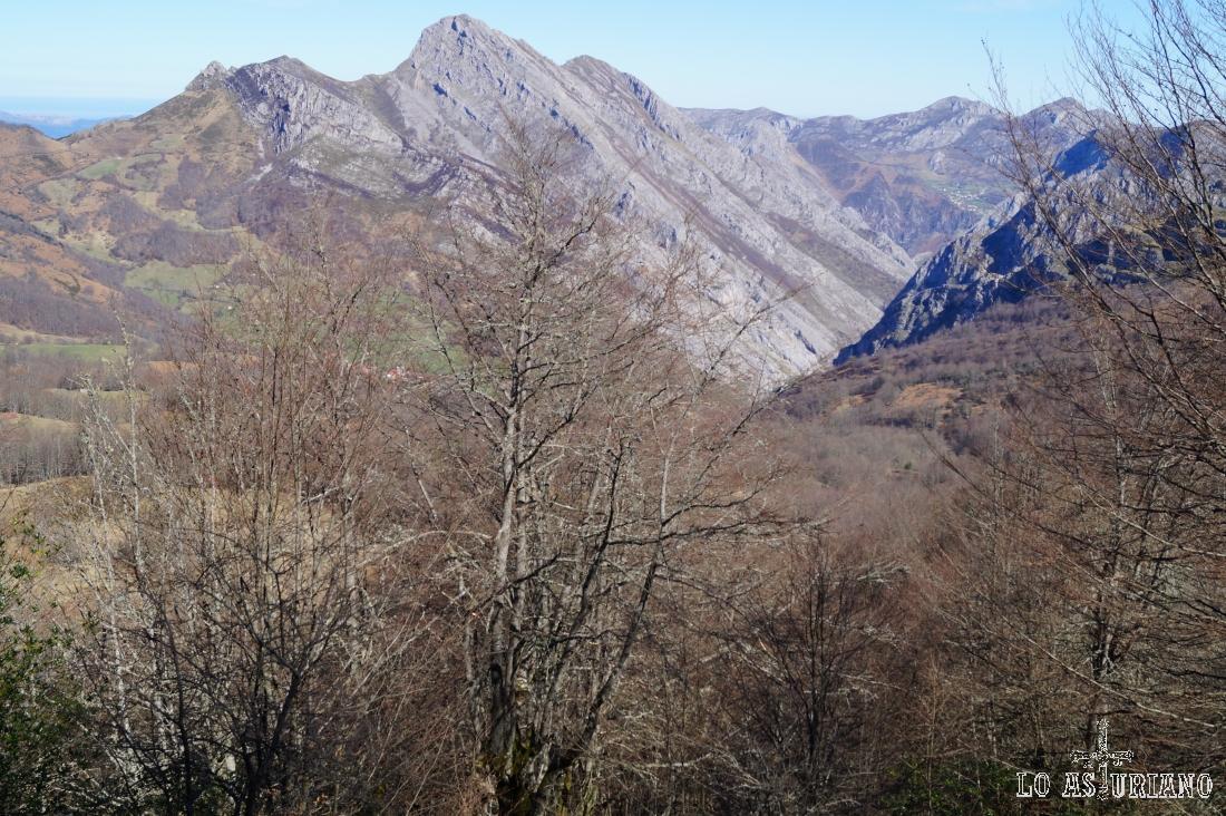 El pico Carriá, cuyas laderas forman parte del valle del río Santangastia. Este río desemboca en el Sella en el desfiladero de los Beyos.