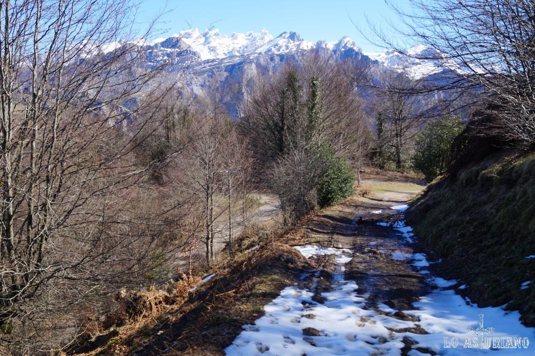 El camino detrás nuestro: con vistas a Picos, y como ves, empezamos a tener nieve.