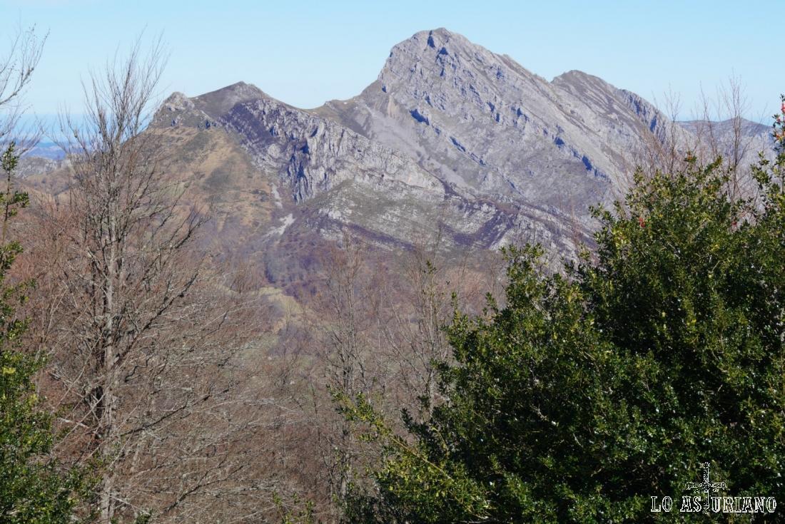 De izquierda a derecha: Silla de Cabestredo, pico Carriá, el mayor, y pico Roble.