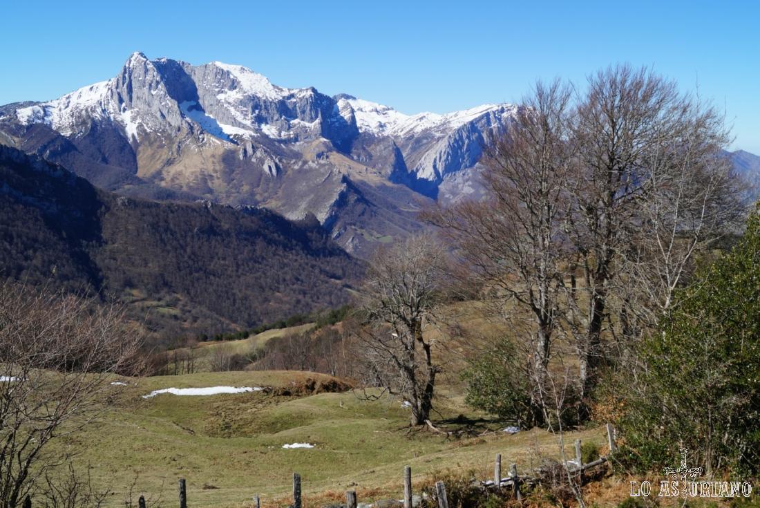 El Tiatordos y la peña Taranes, desde la zona del Biforcu y la fuente del Cardo.