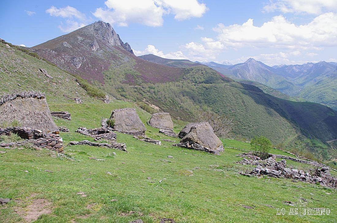 La braña vaqueira de la Corra, con Peña Negra y el alto Saliencia, al fondo.