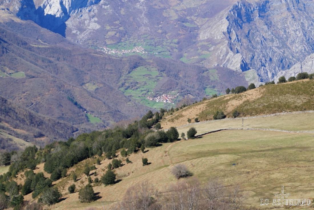 Zoom hacia los pueblecitos ponguetos del valle.