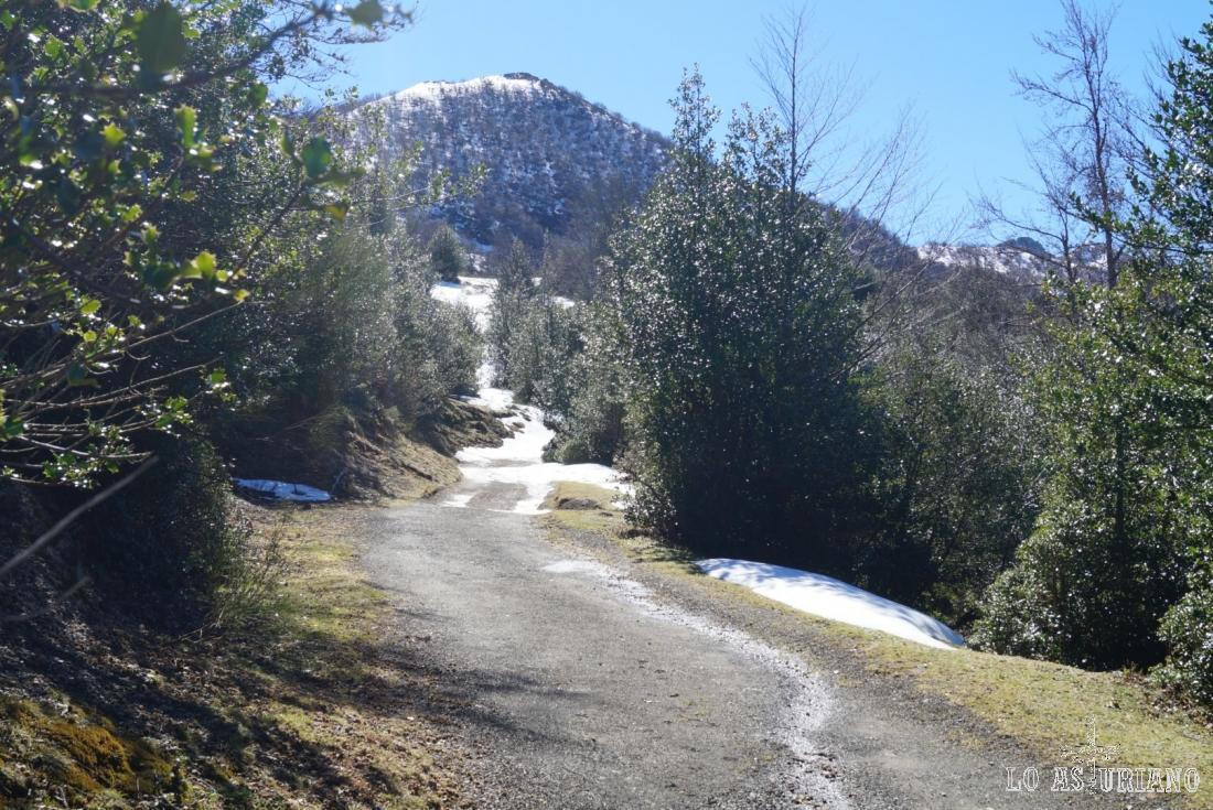 Delante nuestro el pico Rasu, de 1613 metros.