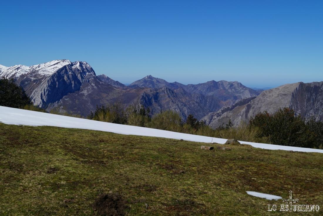 Desde los praus de Les Llampes, vistas hacia las cumbres ponguetas.