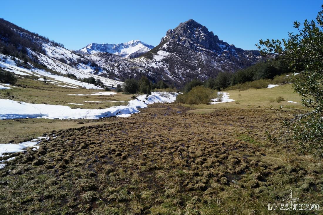 El pico Recuencu, con el Maciédome, nevado, en el fondo.