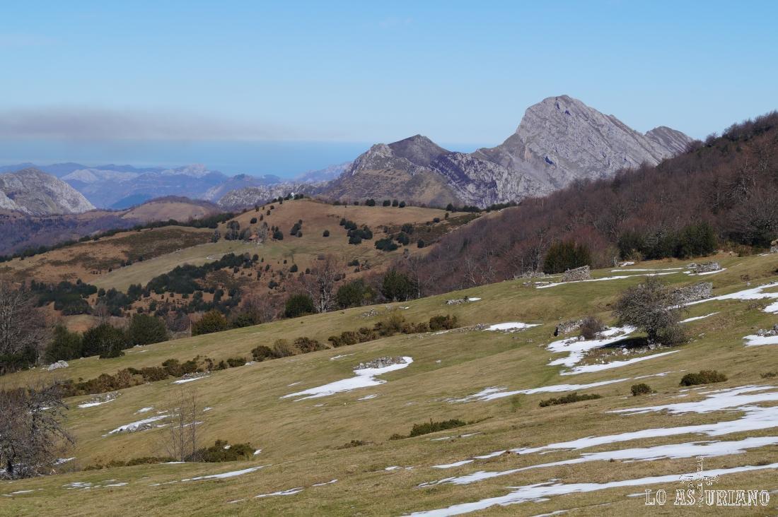 El Valle Cabanín, con el Carriá al fondo.