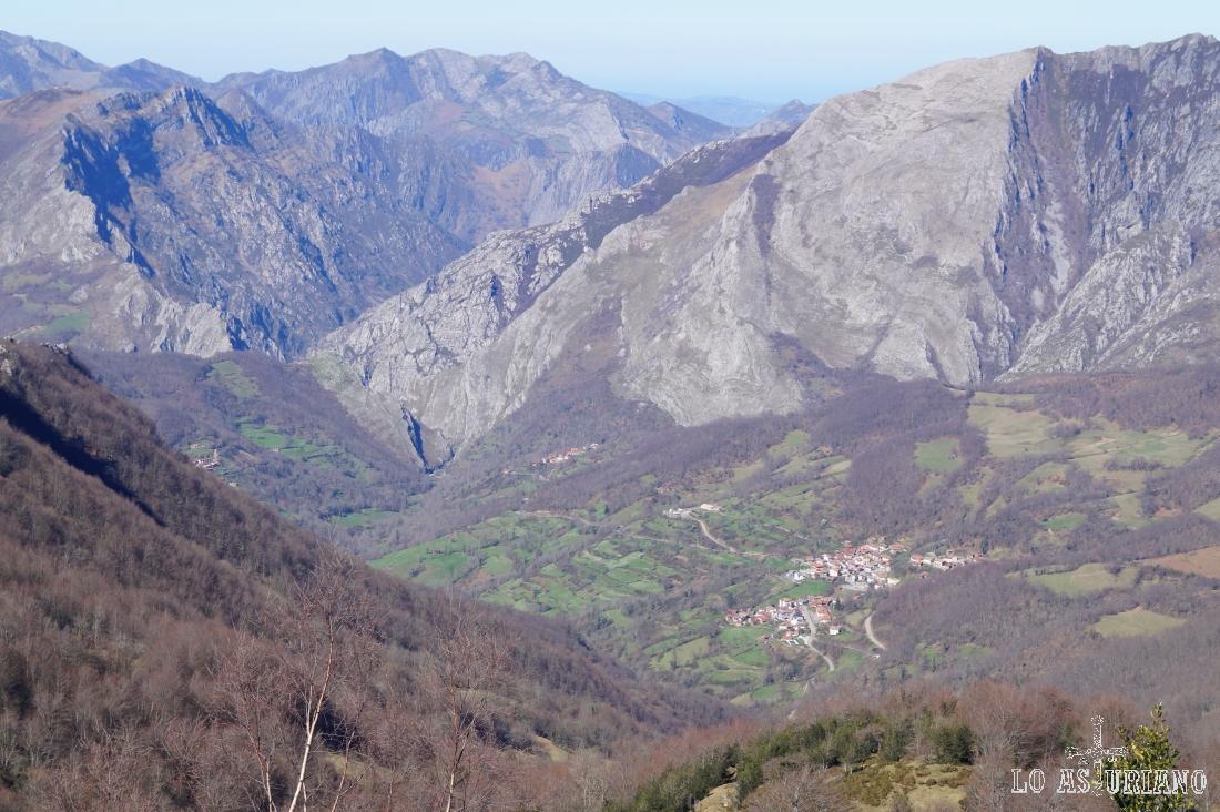 San Juan de Beleño y la sierra de Aranga, en primer término.