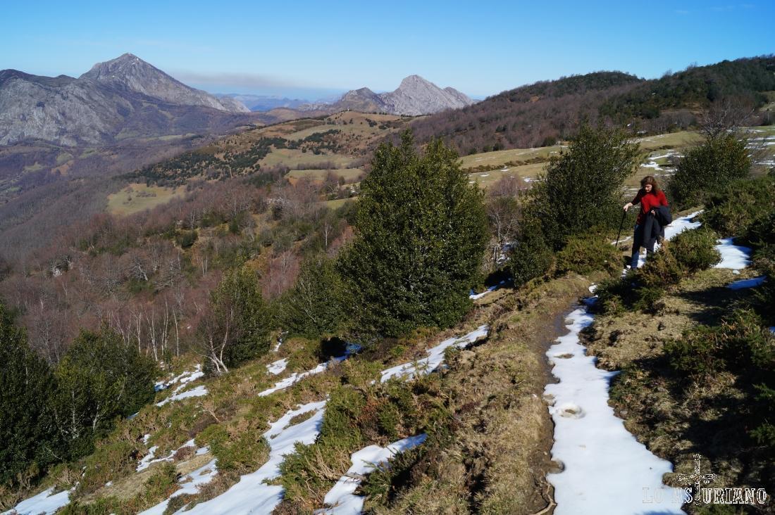 La deliciosa senda, entre nieve y barro nos va conduciendo a Les Caldes.