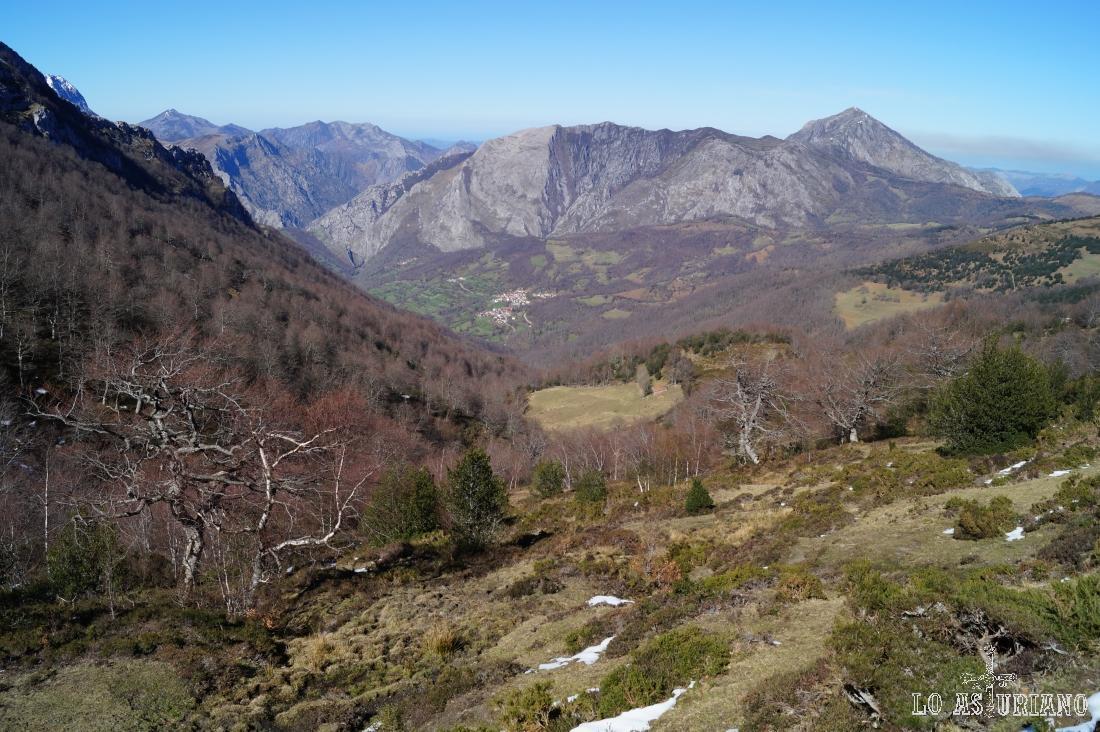 San Juan de Beleño y la sierra de Aranga; a la derecha, el pico Pierzu.