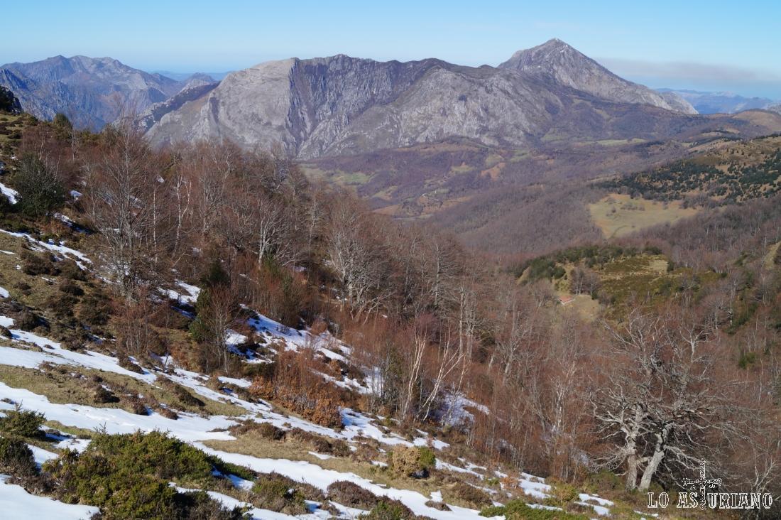 Por este valle corre el riegu les Follaques. Se una en Beleño al riego Pandellino y este al río Ponga.