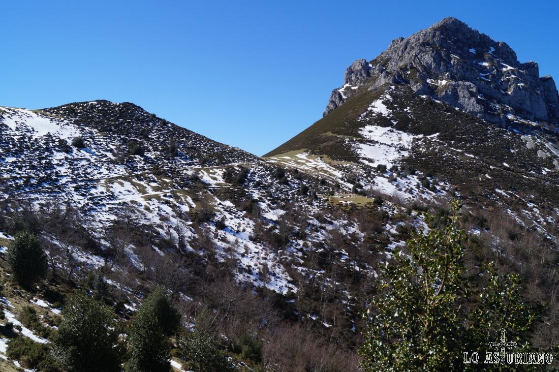 La collada Les Caldes, 1397 metros, y el Recuencu, 1642 metros.
