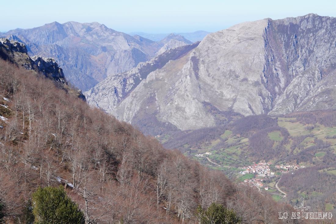San Juan de Beleño, capital pongueta, ante la mole rocosa de la sierra de Aranga.