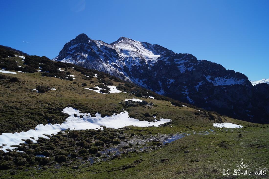El pico Luengu y detrás, el Zorru, con sus 1844 metros.