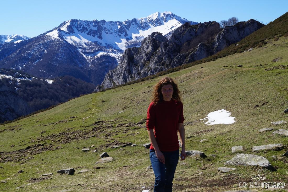 En la collada de Les Caldes; adivinamos el valle del Vallizón, que baja hacia el Ponga con mucha verticalidad. El Maciédome, imponente al fondo.