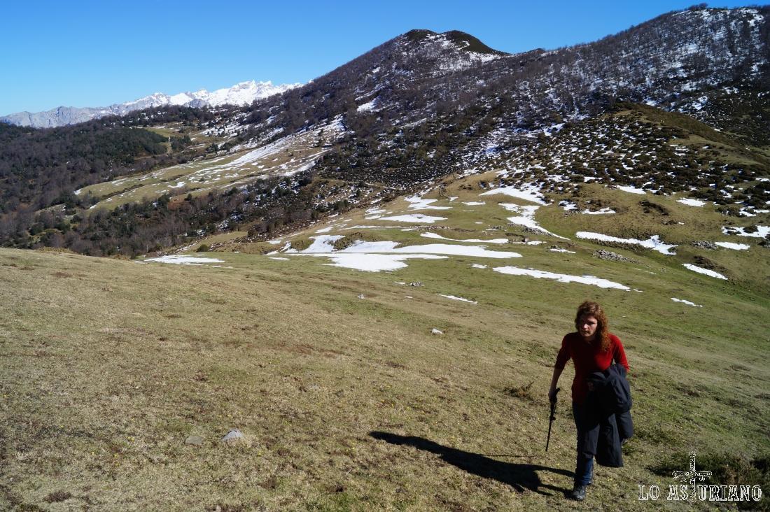 Desde Les Caldes seguimos las sendas y los hitos, que nos van subiendo en zig zag.