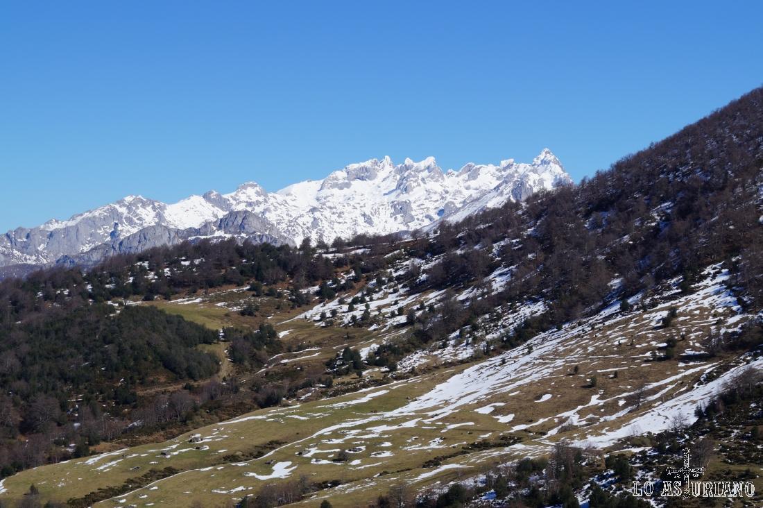 Amplias vistas de los Picos de Europa y del camino que hemos ido siguiendo hasta llegar aquí.