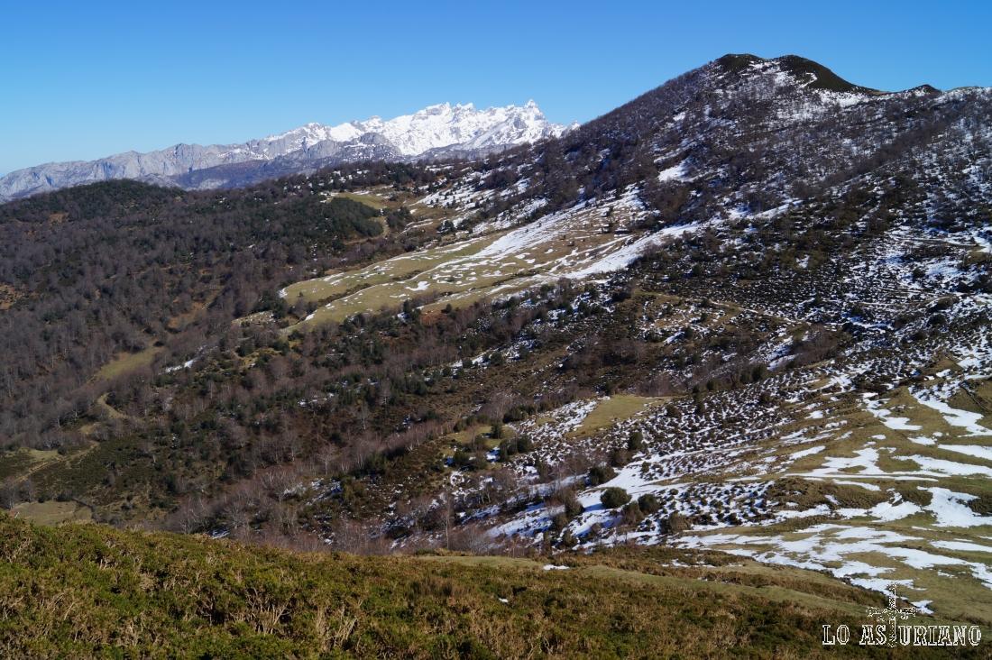El Rasu y en el horizonte quedan los Picos de Europa.