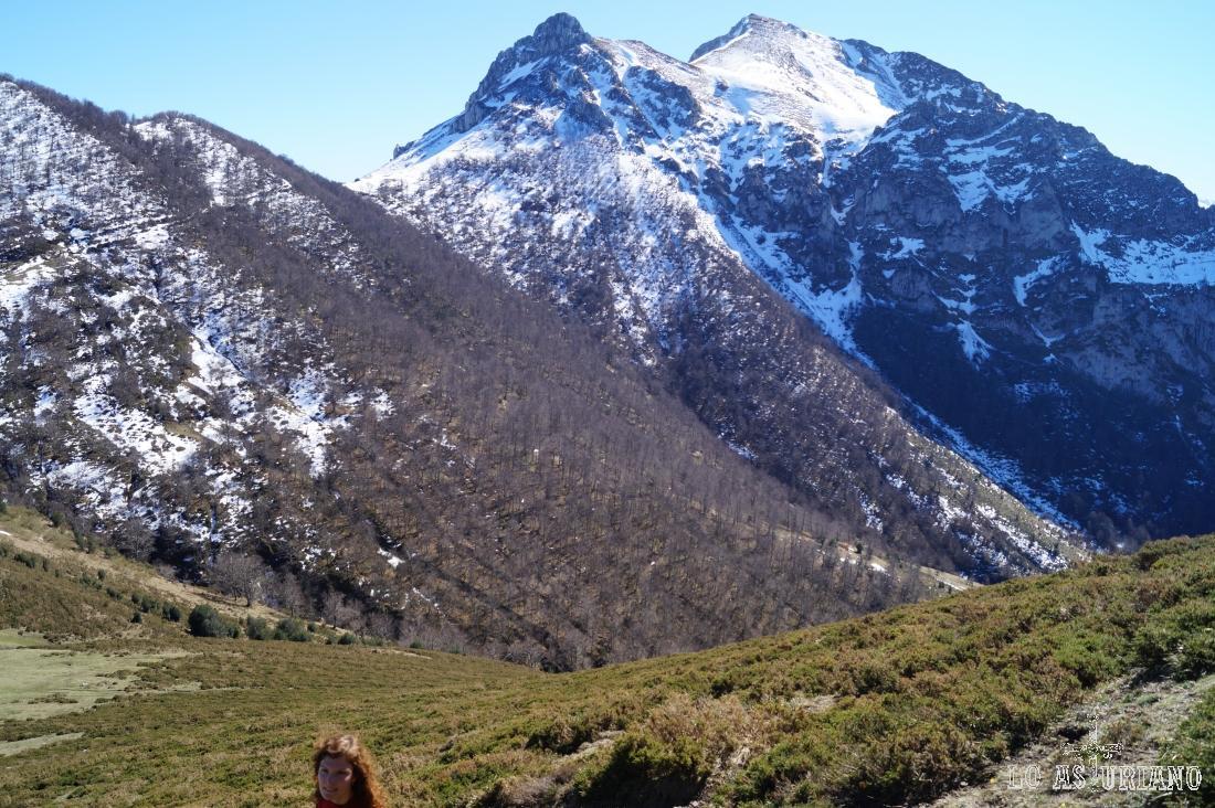 Picos Luengu y Zorru, al fondo.