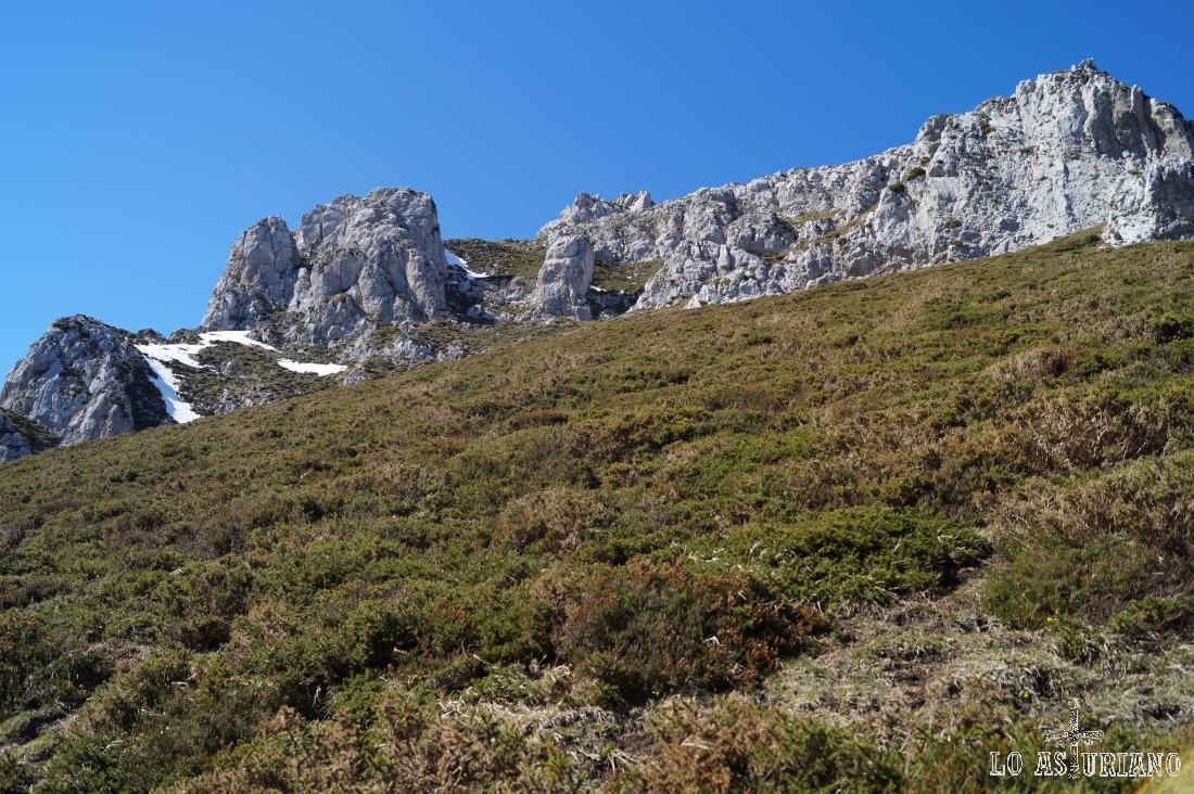 Buscando la roca solitaria de la zona izquierda, que es por donde nos colaremos.