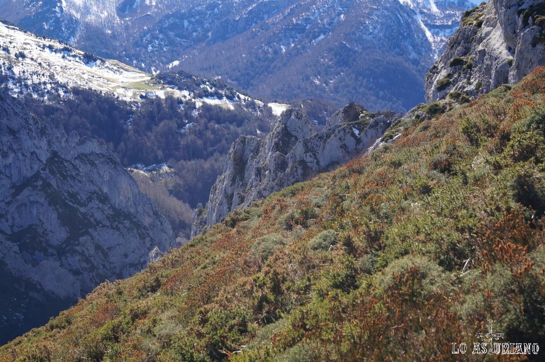 Las laderas empinadas del Recuencu, y a nuestra izquierda, el valle del río Vallizón.