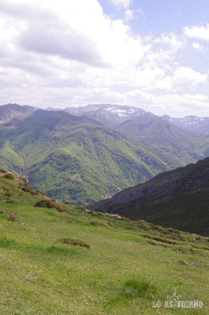 Todavía al fondo, Peña Chana, de 2068 metros, a la cual se asciende desde el Valle del Lago.