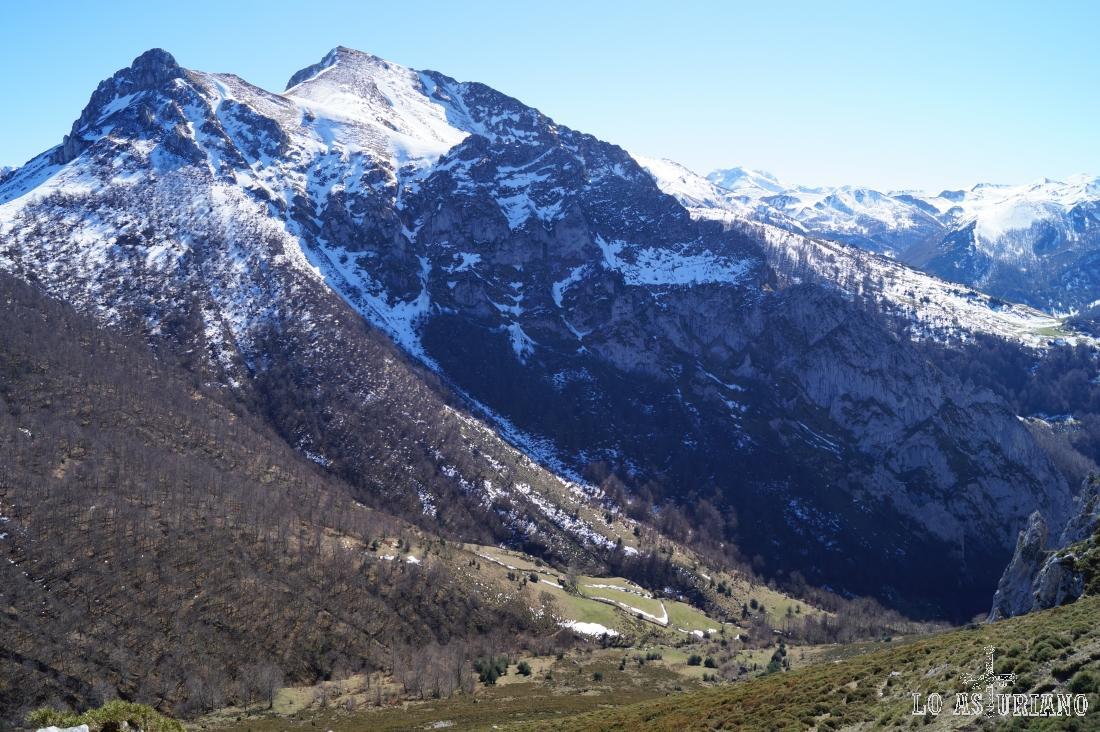El más alto es el pico Zorru, al que también se accede por estas mismas pistas y sendas.