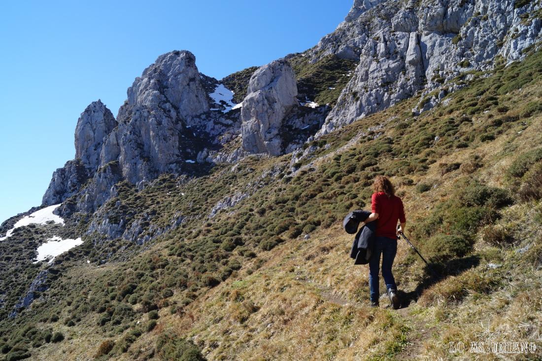 Nos acercamos ya a la roca solitaria, cuya canal de la derecha es la que nos da la subida.