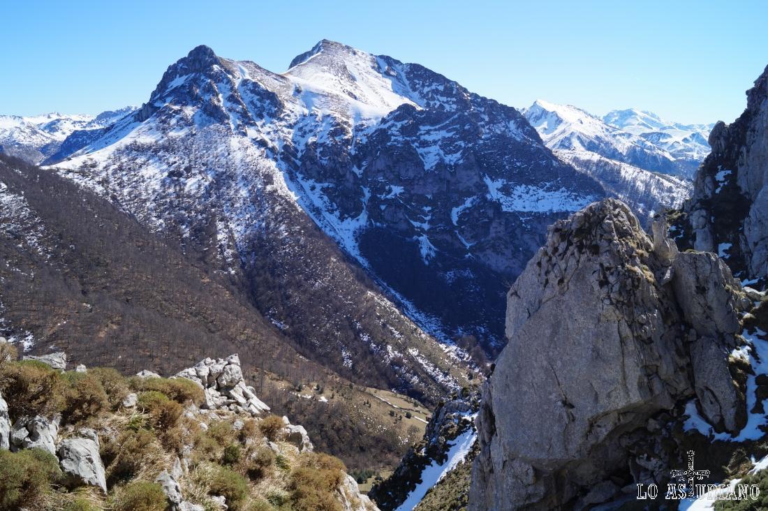 Picos Luengu y Zorru, y detrás, el entorno del puerto de Tarna.