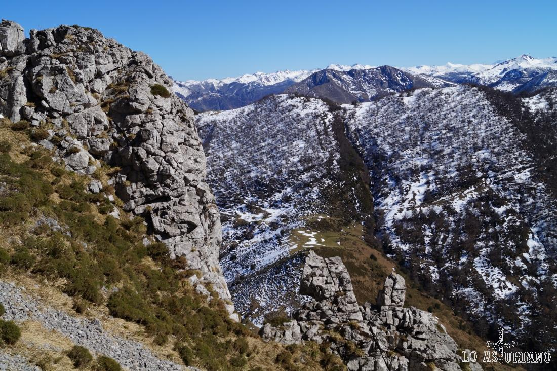 Al fondo, la blanca estela nevada de las cimas del entorno Picos de Europa.