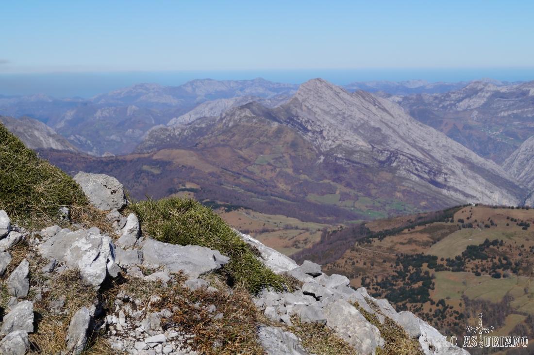 Desde la cima del Recuencu, vistas del pico Carriá y su original forma inclinada.