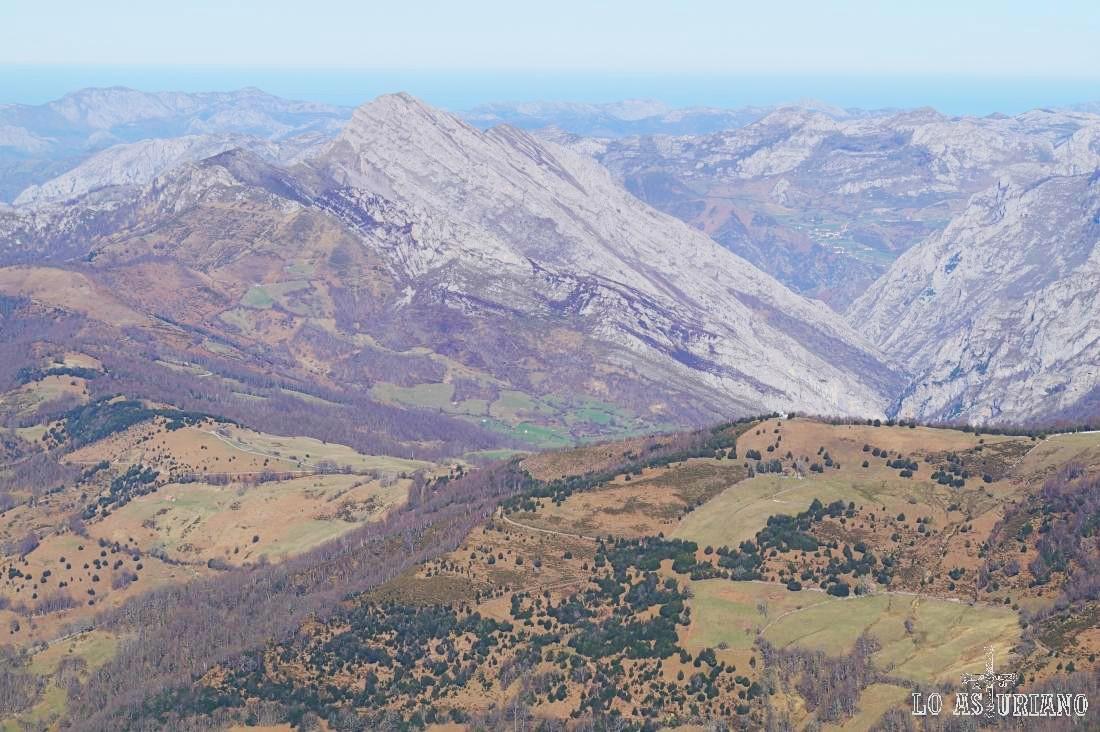 En la parte izquierda de la imagen podemos adivinar la zona de Les Bedules, desde donde parte esta ruta.