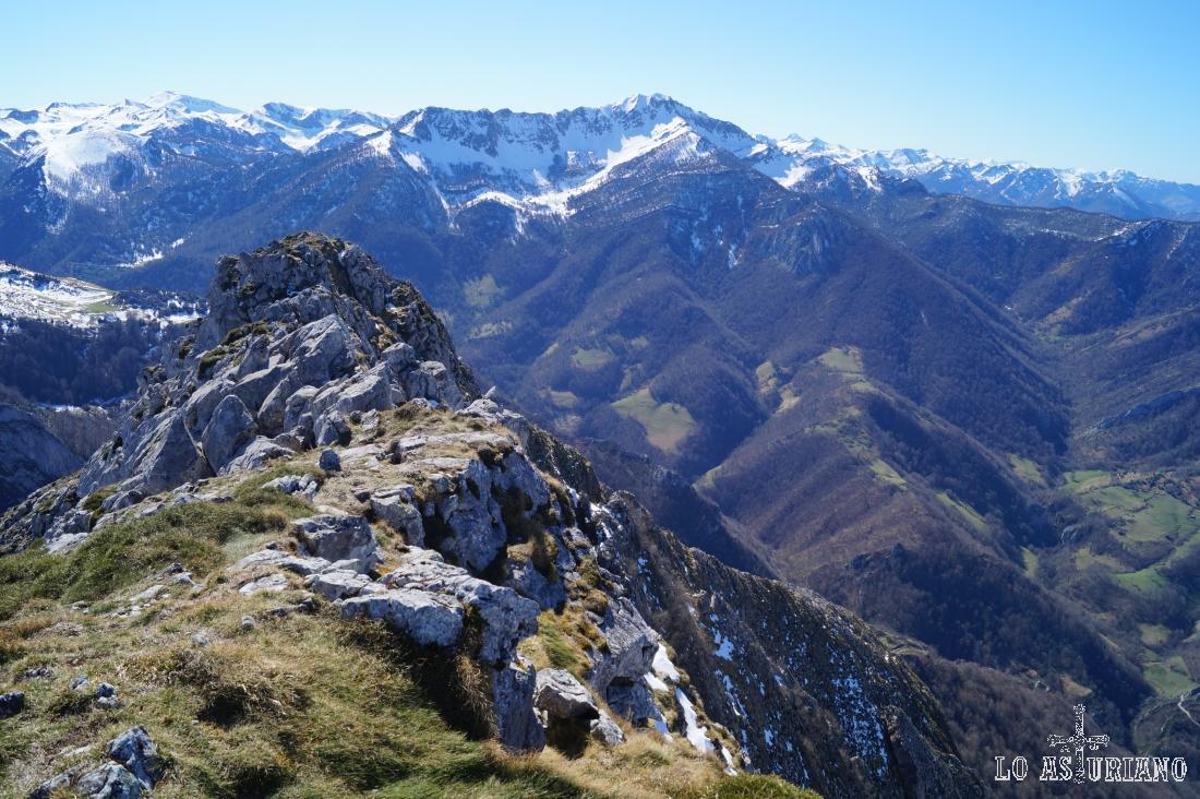 Los bosques del monte Robléu y el Maciédome, nevado.