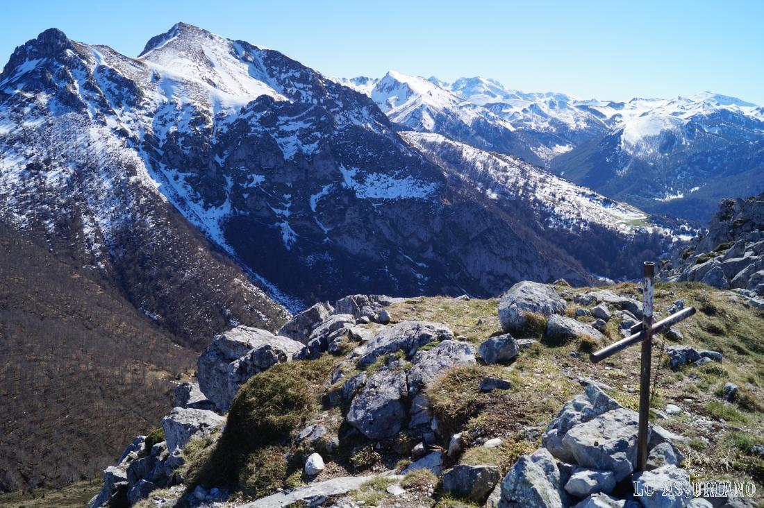 El Lluengu y el collau Zorru desde el pico Recuencu.