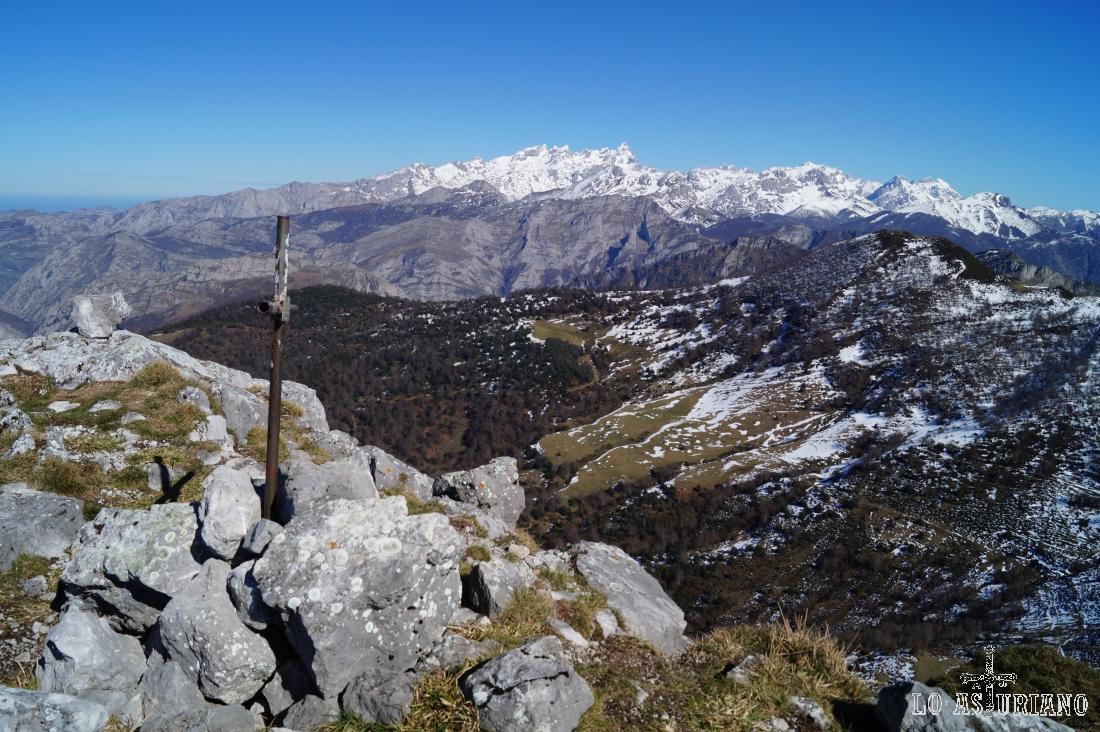 Extraordinarias vistas de los Picos de Europa desde la cima del pico Recuencu, en el concejo de Ponga.